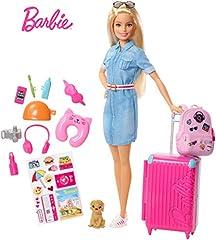 Idea Regalo - Barbie in Viaggio, Bambola Bionda con Cucciolo, Valigia che si Apre, Adesivi e Accessori, Giocattolo per Bambini 3 + Anni, FWV25