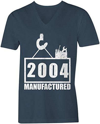 Manufactured 2004 - V-Neck T-Shirt Männer-Herren - hochwertig bedruckt mit lustigem Spruch - Die perfekte Geschenk-Idee (03) dunkelblau