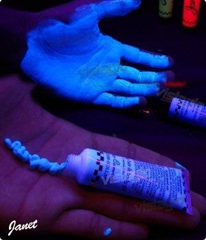 creme-uv-fluorescents-bleu-pour-corps-et-cheveux-ideal-pour-vos-soirees