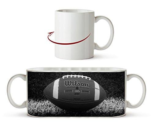 Football auf der Spiellinie Effekt: Schwarz/Weiß als Motivetasse 300ml, aus Keramik weiß, wunderbar als Geschenkidee oder ihre neue Lieblingstasse.
