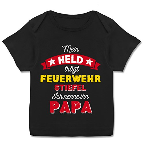 Schwarz Babyshirt (Vatertag Baby - Mein Held trägt Feuerwehrstiefel - 68-74 (9 Monate) - Schwarz - E110B - Kurzarm Baby-Shirt für Jungen und Mädchen)