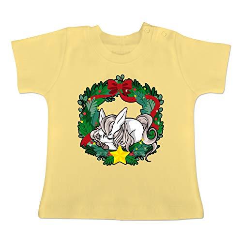 Weihnachten Baby - Pferd in Weihnachtskranz - 3-6 Monate - Hellgelb - BZ02 - Baby T-Shirt Kurzarm
