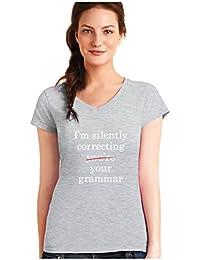 Camiseta de Cuello V para Mujer - Im Silently Correcting Your Grammar - Regalo