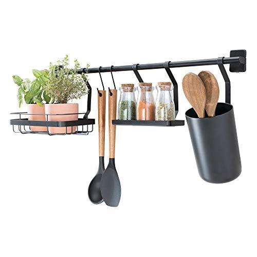 iDesign Küchenstange (63,8x14,5x 23,8 cm), Küchenreling mit Utensilienhalter, 2 Haken, Halter für Küchenkräuter & Gewürzregal, Hakenleiste für die Küche aus Metall, mattschwarz