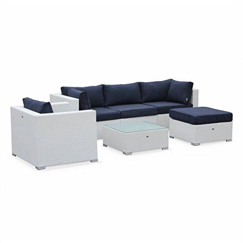Alice's Garden - Salon de jardin en résine tressée - Caligari - Blanc, Coussins bleu marine - 5 places - 1 fauteuil, 1 fauteuil sans accoudoir, 1 pouf, 2 fauteuils d'angle, une table basse