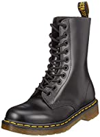 Dr.Martens 1490 10092600 is uncompromising appearance and durability loved all over the world.The shaft with 10 aussen made of red, smooth leather, embodies everything Martens are so popular.