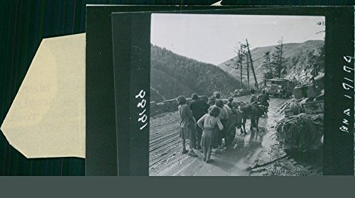 vintage-photo-of-italian-refugees-make-way-for-advancing-troops-of-the-5th-army-near-castiglione-dei