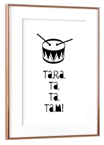 artboxONE Poster mit Rahmen Kupfer 60x40 cm Taratata Tam! von OHKIMIKO - gerahmtes Poster