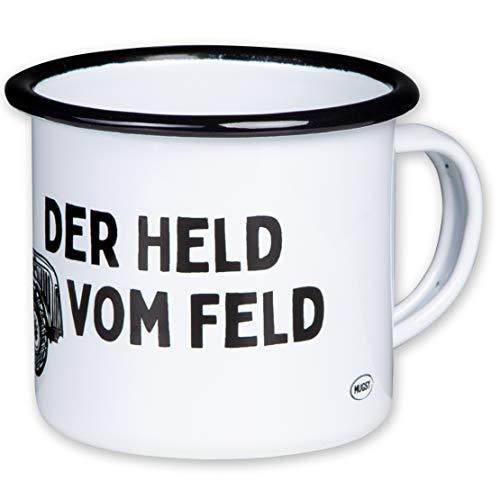 DER HELD VOM Feld - Hochwertiger Emaille Becher mit Trecker Motiv - leicht und bruchsicher, für Bauern, Landwirte, Traktor Fans - von MUGSY.de - Traktor-becher