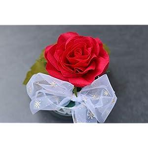 Rote Rose aus Krepppapier in Weihnachts-Schachtel
