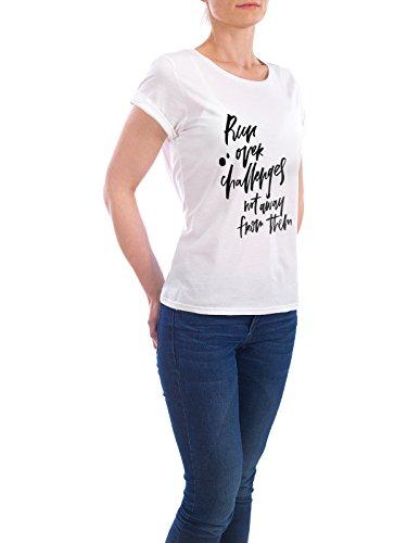 """Design T-Shirt Frauen Earth Positive """"Run Over Challenges not Away from Them"""" - stylisches Shirt Typografie Sport von Planeta444 Weiß"""