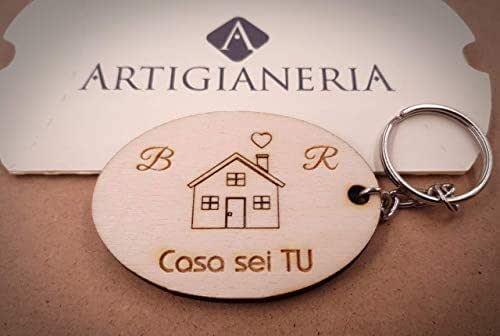 ArtigianeriA - Portachiavi in legno CASA SEI TU, personalizzato con iniziali a scelta. Incisione realizzata a laser in Italia. Idea regalo per ogni occasione