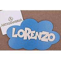 ArtigianeriA - Targa in legno 20x12 cm a forma di nuvola personalizzabile con nome in 3D e colore a scelta. Corredata di gancetto per essere appesa al muro o alla porta. Realizzata a mano in Italia.