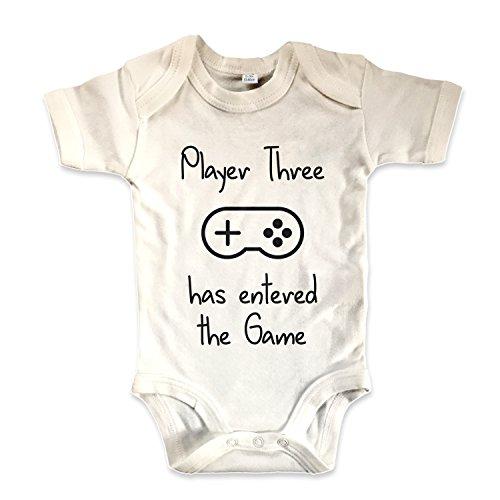 net-shirts Organic Baby Body mit Player Three has entered the Game Aufdruck Spruch lustig Strampler Babybekleidung aus Bio-Baumwolle mit Zertifikat , Größe 0-3 Monate, natur (Net-player)