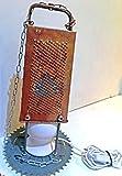 lampada da tavolo grattugia da cucina steampunk effetto rugggine retro militare vintage design industriale catene ferro acciaio inox piantana