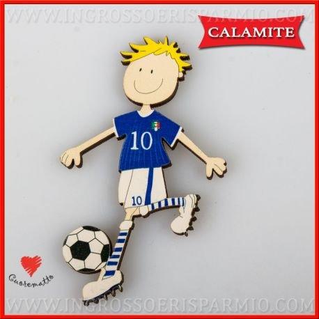 Cuorematto - magnete/calamita in legno colorato a forma di bimbo che gioca a calcio in divisa della nazionale italiana e pallone a scacchi da maschietto - bomboniere nascita, battesimo, comunione, primo compleanno,eventi sportivi (kit 12 pz)