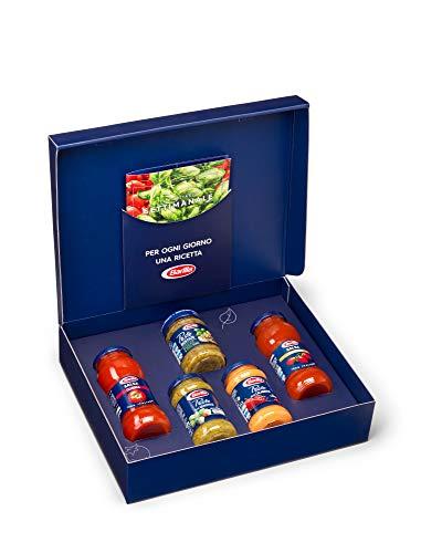 Barilla Box Sughi, Scatola Idea Regalo con 5 Sughi Barilla e uno Sfizioso Ricettario, Ottimo per l'Intera Settimana, Edizione Limitata - 2 Salse da 300 g, 2 Pesti da 190 g, 1 Pesto Rustico da 200 g