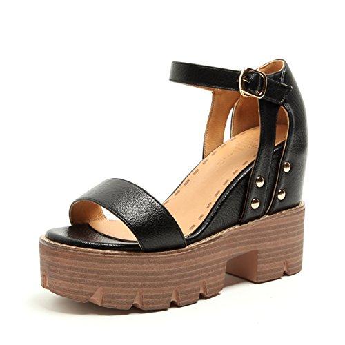 Pendenza estiva con i sandali aperti/Vento di roma nel fondo delle scarpe delle donne più alte A