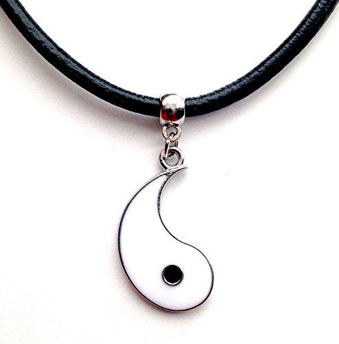 Gargantilla de piel con colgante en diseño vintage, hippy y retro, de cordón negro y medio Yin y Yang blanco
