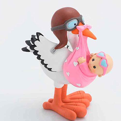 Divertida figura de una cigüeña con una mantita rosa con corazones envolviendo una bebe con gafas rosas. La cigüeña lleva un casco vintage de cuero y gafas de aviador, divertida y alegre figura para la celebración de un bautizo o nacimiento, baby sho...