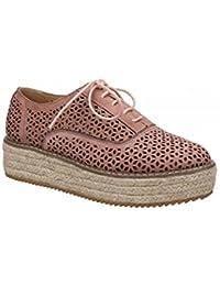 Zapato con plataforma revestida de yute en color natural. Detalle troquelado. Cierre mediante cordones. Altura de la suela 5,5 cm.