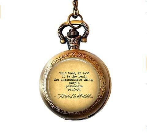 Der Wind in den Weiden Zitat dieser Zeit, Endlich, ist The Real. Thing-Literarische Zitat Geschenk jewelry-Literatur Geschenk-Englisch beleuchtet Taschenuhr Halskette - Beleuchtete Weiden