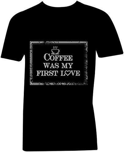 Coffee Was My First Love ★ V-Neck T-Shirt Männer-Herren ★ hochwertig bedruckt mit lustigem Spruch ★ Die perfekte Geschenk-Idee (01) schwarz