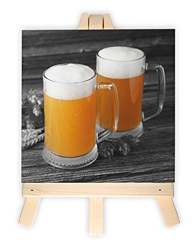 Zwei Biergläser Hefeweizen mit Hopfen auf Holztisch, Format: 15x15 cm, Minileinwandbild inkl. Staffelei, kreativer Dekoartikel & Geschenkartikel für jeden Anlass. Sehr schön im Büro, Wohnzimmer, Kinderzimmer, Schlafzimmer oder Arbeitszimmer. -
