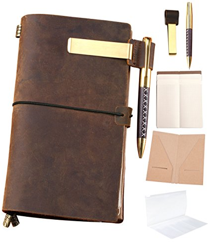 """Un diario in pelle, ricaricabile, dallo stile vintage; la confezione include: diario, penna, portapenna, segnalibro in metallo, busta con cerniera, inserto portatessere di carta e 3 pacchi di fogli per schizzi e disegni. 8.5"""" x 4.3"""" Ivory"""