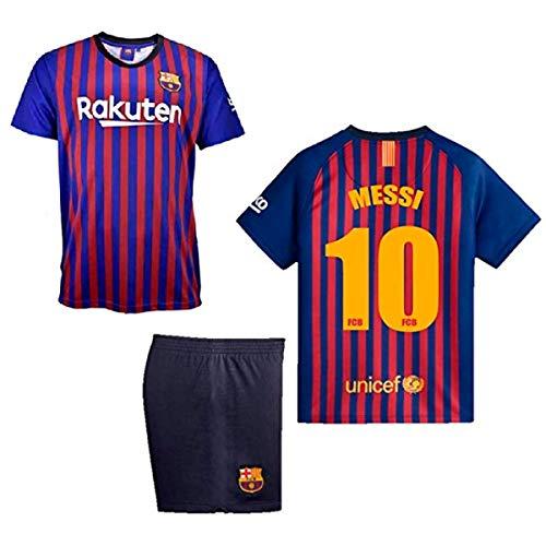 Hazte con la equipación de tu jugador de fútbol favorito. Primera equipación de Messi y de su equipo, F.C. Barcelona, para la temporada 2018-2019. El pack incluye la camiseta del jugador y los pantalones en una talla para los 10 años de edad.