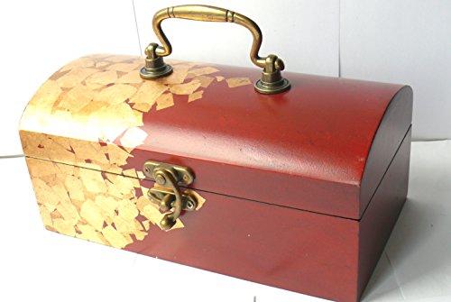 Bijoux en bois rouge poitrine avec fixations en laiton et finition feuille d'or.
