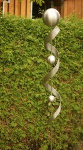 Edelstahldeko Gartenstab Luna 100% Edelstahl Spirale mit 3 Kugeln