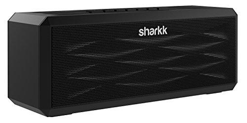 SHARKK® Boombox Altavoz Portátil Bluetooth 4.0 (18+ horas de batería, 10W de Potencia, Tecnología NFC, Micrófono Incorporado para Llamadas, Botones con Iluminación Automática) [versión inglesa, se puede cargar por USB o con adaptador propio]