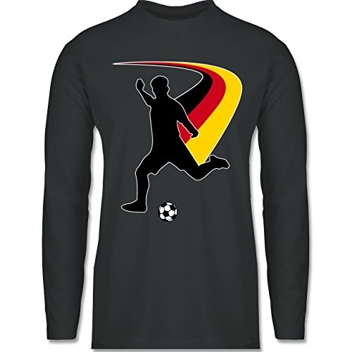 Shirtracer Fußball-WM 2018 - Russland - Fußballspieler + DEUTSCHE Flagge - Herren Langarmshirt Dunkelgrau