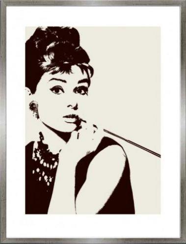 1art1 Audrey Hepburn Poster Kunstdruck und MDF-Rahmen Holzoptik Zinn-Silber - Zigarettenspitze (80 x 60cm)