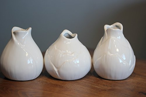 3 kleine Vasen in Zwiebelform aus Porzellan, weiß, H 8 - 10 cm