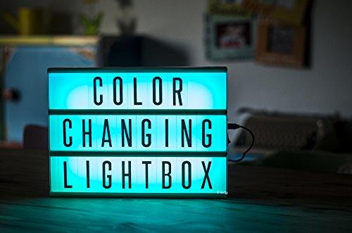 Gadgy ® Cinema LightBox Changement Couleur A4 avec Adaptateur | Special Vintage Boite Cinematographique | Enseigne Lumineuse LED avec 85 Lettres et Symbolos Emoji Chiffres | 30x 22x5,5 cm. Piles ou Electricite