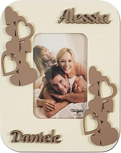 Novità san valentino cornice cuoricini in legno intagliato misura foto cm.6x9 personalizzato con i nomi della coppia. made in italy.