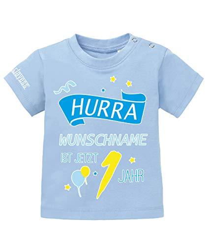 Jayess Baby Shirt Jungen zum 1 Geburtstag - Hurra Wunschname ist jetzt 1 Jahr - personalisierbar mit Kindername - in Hellblau Gr. 80/86 (1. Jungen-geburtstag Shirt)