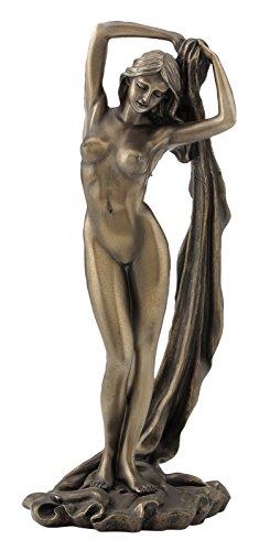 Weiblicher Akt Frau hält ihr Tuch über den Kopf Figur Skulptur