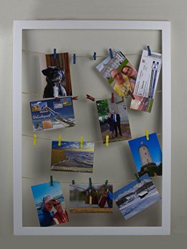 Eris Bilderrahmen Collage Wäscheleine 55x75 cm Farbe Weiss Collagen Bilderrahmen mit bunten Mini Wäscheklammern zum Befestigen von Ansichtskarten, Fotos und Bildern