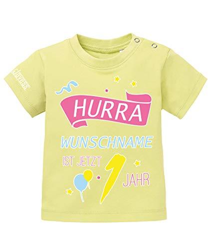 Jayess Baby Shirt Mädchen zum 1 Geburtstag - Hurra Wunschname ist jetzt 1 Jahr - personalisierbar mit Kindername - in Gelb Gr. 80/86