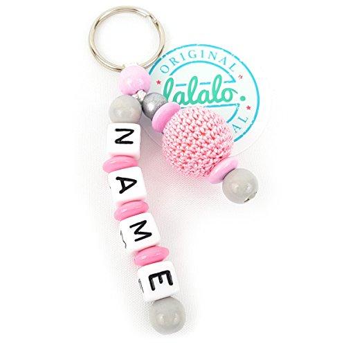 Schlüsselanhänger mit Namen, Gravur, Häkelperle am Seitenarm Mädchen   Baby Namenskette & Kinder Anhänger für Rucksack, Wickeltasche, Kindergarten oder Schultasche