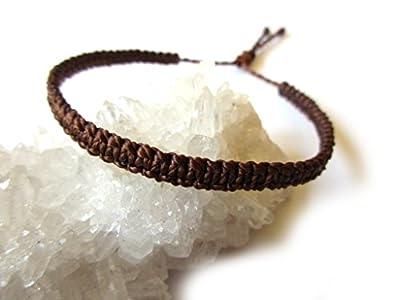 Bracelet brésilien plat et fin marron foncé tissé main en macramé avec du fil ciré. Waterproof et ajustable. Réf.PP515