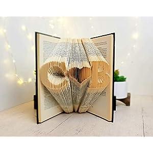 Zwei Initialen mit ein Herz in den Seiten eines Buches gefaltet – handgemacht von BookArt4U