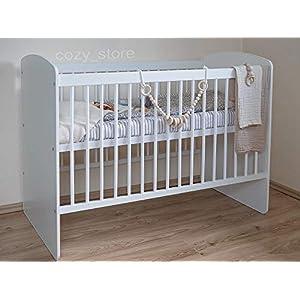 SOCOZY® BABY Gitterbett Babybett Kinderbett mit einer gesunden Matratze Zahnschienen Hölzern Weiß Höhenverstellung der…