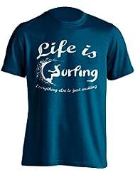 """Funny Surfer Camiseta """"La vida es todo lo demás es sólo espera"""" Surf–Camiseta Idea de regalo para Dad, Brother, Uncle o para un amigo en cualquier ocasión. Regalo de cumpleaños, Regalo del día de padre y regalo de Navidad..., azul marino"""