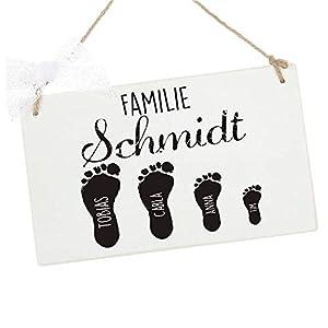Besonderes Türschild aus Holz mit Fußabdrücken und Namen der Familie