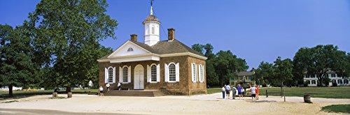 Panoramic Images - Tourists Near a Courthouse Duke of Gloucester Street Colonial Williamsburg Williamsburg Virginia USA Kunstdruck (15,24 x 45,72 cm)