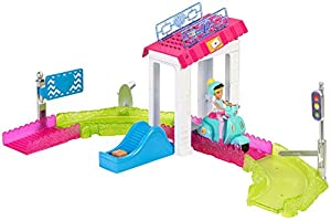 Barbie On the go, Oficina de correos, muñeca con accesorios (Mattel FHV85)